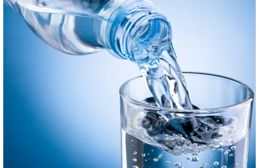 Apa de masă și pericolele ascunse ale produsului confundat cu apa minerală plată